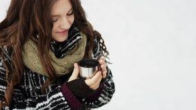 Ευτυχές χαμογελώντας ζεύγος σε ένα τσάι κατανάλωσης πάρκων το χειμώνα απόθεμα βίντεο