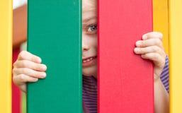 Ευτυχές χαμογελώντας κορίτσι παιδιών στην παιδική χαρά Στοκ Εικόνα
