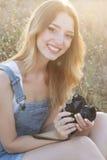 Ευτυχές χαμογελώντας κορίτσι που κάνει τις εικόνες από τη κάμερα ταινιών Στοκ φωτογραφία με δικαίωμα ελεύθερης χρήσης