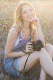 Ευτυχές χαμογελώντας κορίτσι που κάνει τις εικόνες από ψηφιακό Στοκ εικόνα με δικαίωμα ελεύθερης χρήσης