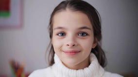Ευτυχές χαμογελώντας όμορφο κορίτσι στο πουλόβερ στο σπίτι απόθεμα βίντεο