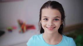 Ευτυχές χαμογελώντας όμορφο κορίτσι στο σπίτι φιλμ μικρού μήκους