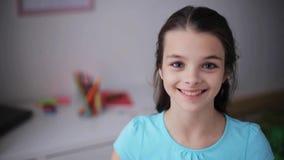 Ευτυχές χαμογελώντας όμορφο κορίτσι στο σπίτι απόθεμα βίντεο