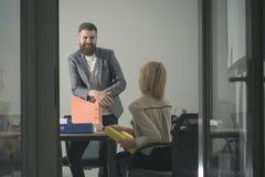 Ευτυχές χαμόγελο διευθυντών στο χρηματοδότη στην αρχή Ο γενειοφόροι άνδρας και η γυναίκα συζητούν την οικονομική έκθεση Επιχειρημ Στοκ φωτογραφία με δικαίωμα ελεύθερης χρήσης