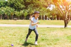 Ευτυχές χαμόγελο μωρών Μικρό κορίτσι που τρέχει στο πάρκο στοκ φωτογραφία με δικαίωμα ελεύθερης χρήσης