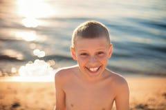 Ευτυχές χαμόγελο αγοριών παιδιών με τα στηρίγματα δοντιών στοκ φωτογραφία
