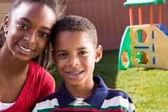 Ευτυχές χαμόγελο αδελφών και αδελφών αφροαμερικάνων Στοκ φωτογραφίες με δικαίωμα ελεύθερης χρήσης