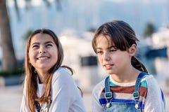 Ευτυχές χαμόγελο μικρών κοριτσιών δύο Στοκ εικόνες με δικαίωμα ελεύθερης χρήσης