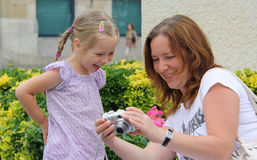 ευτυχές χαμόγελο mom κορών Στοκ Φωτογραφίες