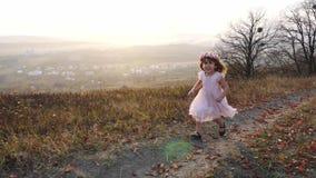 Ευτυχές χαριτωμένο κορίτσι που τρέχει επάνω στο λόφο Καταπληκτικό τοπίο στο υπόβαθρο απόθεμα βίντεο