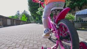 Ευτυχές χαριτωμένο μικρό κορίτσι που οδηγά τον πυροβολισμό Steadicam απόθεμα βίντεο
