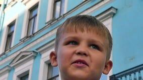 Ευτυχές χαριτωμένο μικρό παιδί προσώπου φιλμ μικρού μήκους