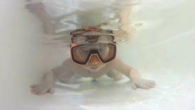 Ευτυχές χαριτωμένο μικρό παιδί υποβρύχιο απόθεμα βίντεο