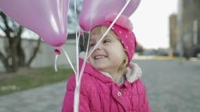 Ευτυχές χαριτωμένο παιδί στην οδό με τα μπαλόνια με το ήλιο το όμορφο κέικ γενεθλίων μπαλονιών αφροαμερικάνων γιορτάζει την παρού φιλμ μικρού μήκους