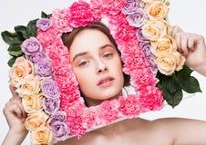 Ευτυχές χαριτωμένο πλαίσιο εκμετάλλευσης κοριτσιών που γίνεται από το μίγμα τριαντάφυλλων Στοκ εικόνα με δικαίωμα ελεύθερης χρήσης