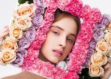 Ευτυχές χαριτωμένο πλαίσιο εκμετάλλευσης κοριτσιών που γίνεται από το μίγμα τριαντάφυλλων Στοκ Εικόνα