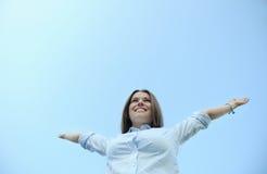Ευτυχές χαριτωμένο enjoing καλοκαίρι κοριτσιών στο υπόβαθρο μπλε ουρανού Στοκ φωτογραφίες με δικαίωμα ελεύθερης χρήσης