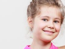 Ευτυχές χαρούμενο χαριτωμένο παιδί μικρών κοριτσιών Στοκ φωτογραφία με δικαίωμα ελεύθερης χρήσης