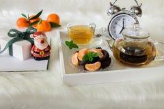 Ευτυχές χειμερινό πρωί με το πράσινο τσάι, το επιδόρπιο και το δώρο μεντών Στοκ εικόνα με δικαίωμα ελεύθερης χρήσης