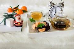Ευτυχές χειμερινό πρωί με το πράσινο τσάι, το επιδόρπιο και το δώρο μεντών Στοκ Εικόνα