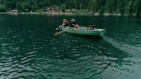 Ευτυχές χιλιετές ζεύγος στη βάρκα στην αλπική λίμνη απόθεμα βίντεο