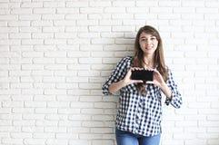Ευτυχές χιλιετές κορίτσι που έχει τη διασκέδαση στο εσωτερικό Πορτρέτο της νέας όμορφης γυναίκας με το τέλειο χαμόγελο δοντιών, κ στοκ φωτογραφία με δικαίωμα ελεύθερης χρήσης