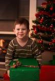 Ευτυχές χριστουγεννιάτικο δώρο εκμετάλλευσης κατσικιών Στοκ φωτογραφία με δικαίωμα ελεύθερης χρήσης
