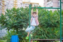 Ευτυχές χρονών αγόρι τρία περίπου που δίνει στον οριζόντιο φραγμό Στοκ εικόνες με δικαίωμα ελεύθερης χρήσης