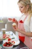 Ευτυχές ψήσιμο γυναικών στην κουζίνα της Στοκ φωτογραφία με δικαίωμα ελεύθερης χρήσης
