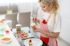 Ευτυχές ψήσιμο γυναικών στην κουζίνα της Στοκ Εικόνες
