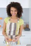Ευτυχές ψήσιμο γυναικών στην κουζίνα στοκ φωτογραφία