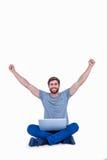 Ευτυχές όμορφο άτομο ενθαρρυντικό πίσω από τον υπολογιστή του Στοκ φωτογραφία με δικαίωμα ελεύθερης χρήσης