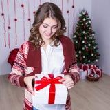 Ευτυχές όμορφο κιβώτιο χριστουγεννιάτικου δώρου ανοίγματος γυναικών διακοσμημένος Στοκ Φωτογραφία