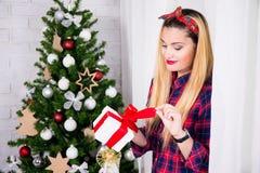 Ευτυχές όμορφο κιβώτιο χριστουγεννιάτικου δώρου ανοίγματος γυναικών διακοσμημένος Στοκ φωτογραφία με δικαίωμα ελεύθερης χρήσης