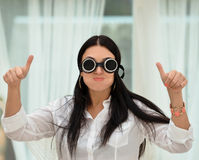 Ευτυχές όμορφο κορίτσι που παρουσιάζει αντίχειρα Στοκ εικόνα με δικαίωμα ελεύθερης χρήσης