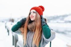 Ευτυχές όμορφο κορίτσι που χαμογελά και που ανατρέχει στο μοντέρνο χειμερινό CL Στοκ Εικόνες