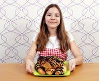 Ευτυχές όμορφο μικρό κορίτσι με croissant στοκ φωτογραφία με δικαίωμα ελεύθερης χρήσης