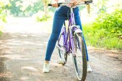 Ευτυχές όμορφο νέων κοριτσιών στο θερινό πάρκο Ευτυχής χαλαρώστε το χρόνο στην πόλη Όμορφη γυναίκα, ηλιόλουστη ημέρα Στοκ Εικόνες