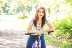 Ευτυχές όμορφο νέων κοριτσιών στο θερινό πάρκο Ευτυχής χαλαρώστε το χρόνο στην πόλη Όμορφη γυναίκα, ηλιόλουστη ημέρα Στοκ φωτογραφία με δικαίωμα ελεύθερης χρήσης