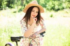 Ευτυχές όμορφο νέων κοριτσιών στο θερινό πάρκο Ευτυχής χαλαρώστε το χρόνο στην πόλη Όμορφη γυναίκα, ηλιόλουστη ημέρα Στοκ εικόνα με δικαίωμα ελεύθερης χρήσης