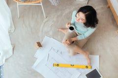 Ευτυχές όμορφο νοικοκυρών εκμετάλλευσης έγγραφο σκίτσων καινούργιων σπιτιών εσωτερικό Στοκ εικόνα με δικαίωμα ελεύθερης χρήσης