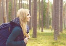 Ευτυχές, όμορφο ξανθό κορίτσι που περπατούν στο δάσος και έλη Στρατόπεδο, Στοκ φωτογραφία με δικαίωμα ελεύθερης χρήσης