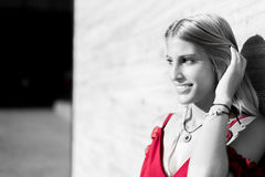 Ευτυχές όμορφο ξανθό χαμόγελο γυναικών που εξετάζει τη κάμερα και το π Στοκ εικόνα με δικαίωμα ελεύθερης χρήσης