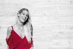 Ευτυχές όμορφο ξανθό χαμόγελο γυναικών που εξετάζει τη κάμερα και το π Στοκ φωτογραφία με δικαίωμα ελεύθερης χρήσης