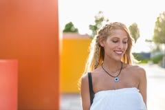 Ευτυχές όμορφο ξανθό χαμόγελο γυναικών που εξετάζει τη κάμερα και το π Στοκ εικόνες με δικαίωμα ελεύθερης χρήσης