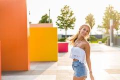 Ευτυχές όμορφο ξανθό χαμόγελο γυναικών που εξετάζει τη κάμερα και το π Στοκ φωτογραφίες με δικαίωμα ελεύθερης χρήσης