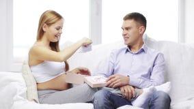 Ευτυχές δόσιμο συζύγων παρόν στην έγκυο σύζυγό του απόθεμα βίντεο