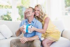 Ευτυχές δόσιμο συζύγων παρόν στο σύζυγο στοκ εικόνες