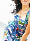 ευτυχές ύδωρ παφλασμών brunette Στοκ Εικόνες