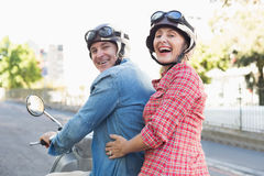 Ευτυχές ώριμο ζεύγος που οδηγά ένα μηχανικό δίκυκλο στην πόλη Στοκ φωτογραφίες με δικαίωμα ελεύθερης χρήσης